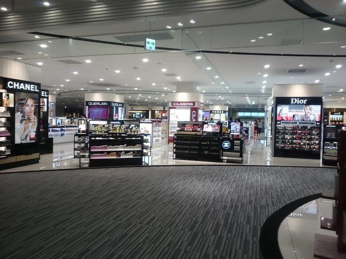 関西国際空港・第二ターミナルの化粧品売り場2