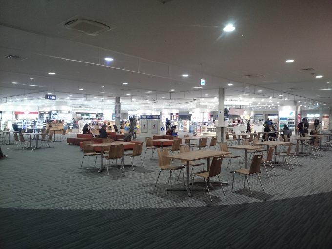 関西国際空港・第二ターミナルの待合ロビー