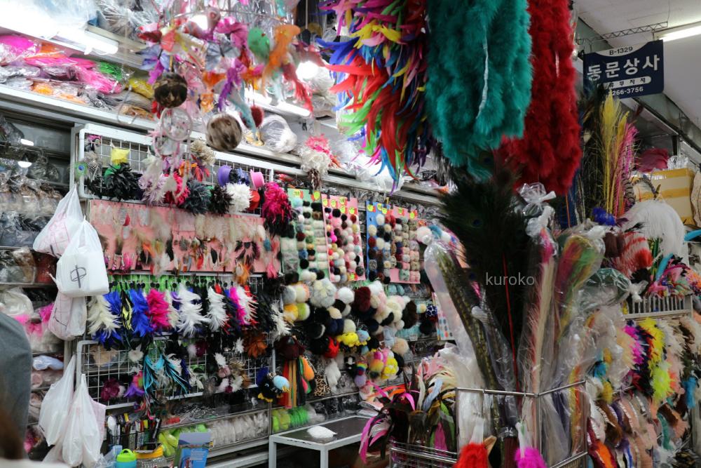東大門総合市場で羽根を扱ってる店