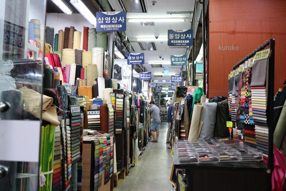 東大門総合市場の合皮の店