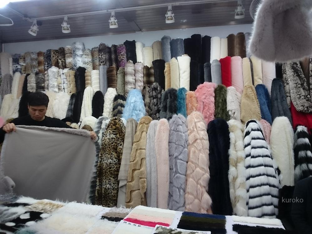 東大門総合市場でフェイクファーを扱ってる店