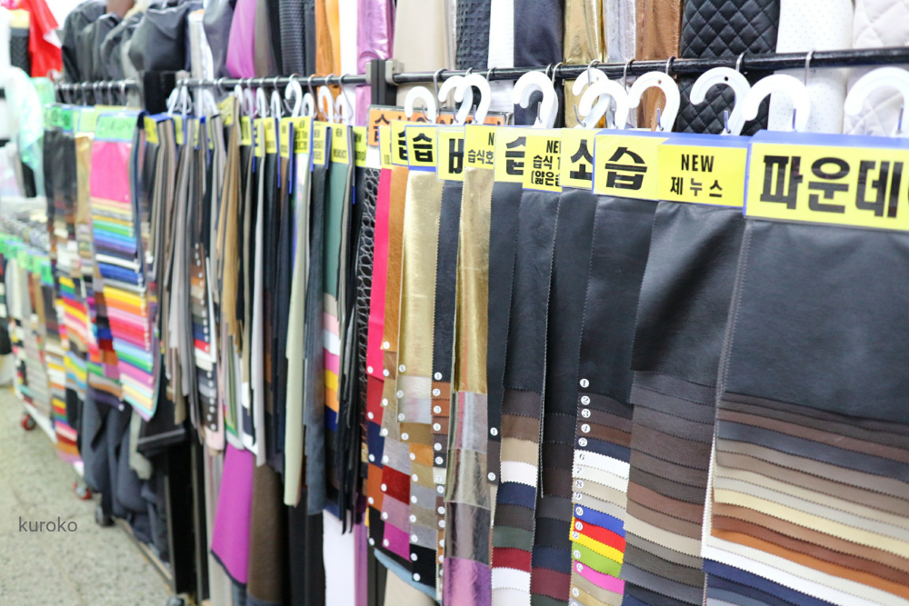 東大門総合市場の合皮サンプル