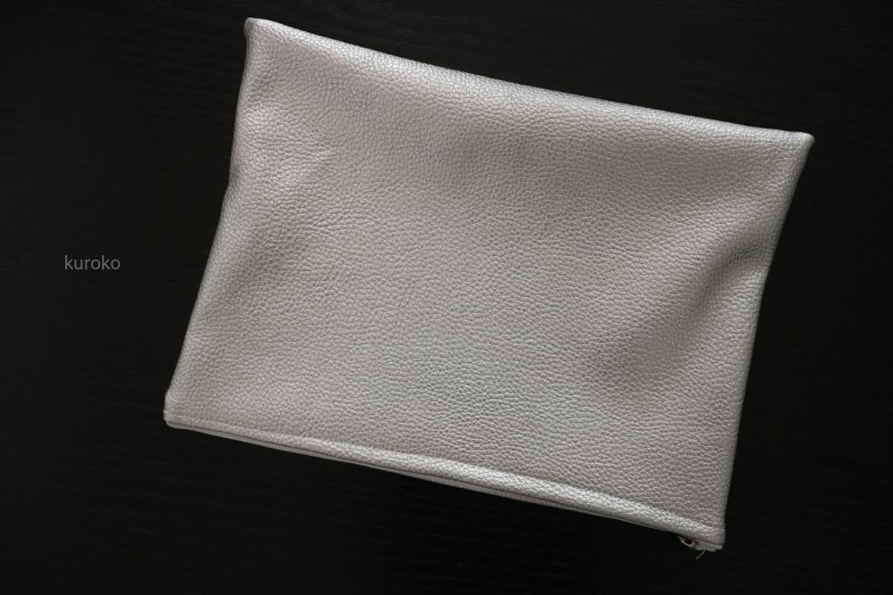 型押しの合皮で縫ったポーチ
