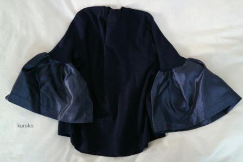 GTMで購入したネイビーのボリューム袖のニット