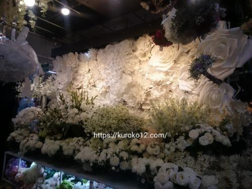 花市場で壁いっぱいに飾られたウォールフラワーの画像